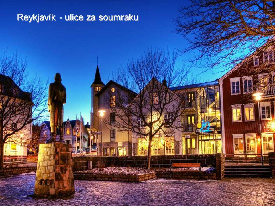 Reykjavík - ulice za soumraku