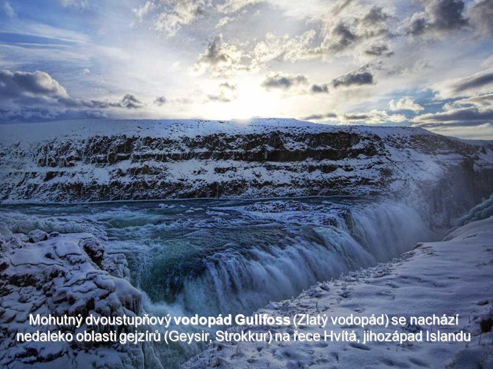 Mohutný dvoustupňový vodopád Gullfoss (Zlatý vodopád) se nachází nedaleko oblasti gejzírů (Geysir, Strokkur) na řece Hvítá, jihozápad Islandu