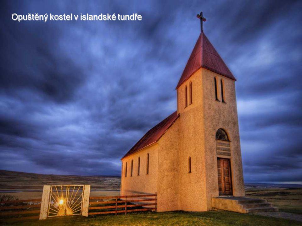 Opuštěný kostel v islandské tundře
