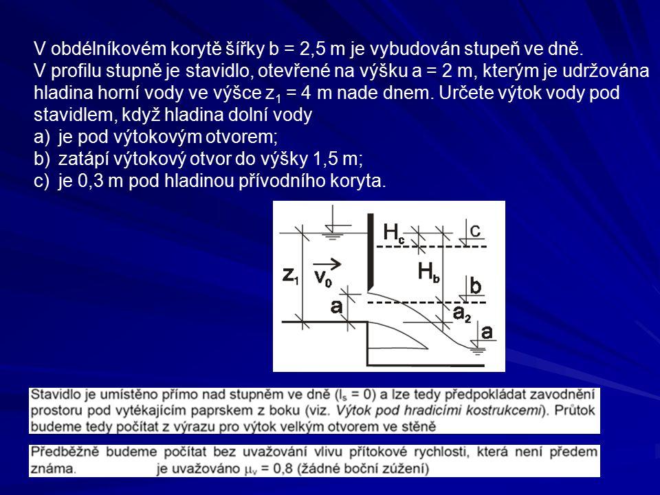 V obdélníkovém korytě šířky b = 2,5 m je vybudován stupeň ve dně.