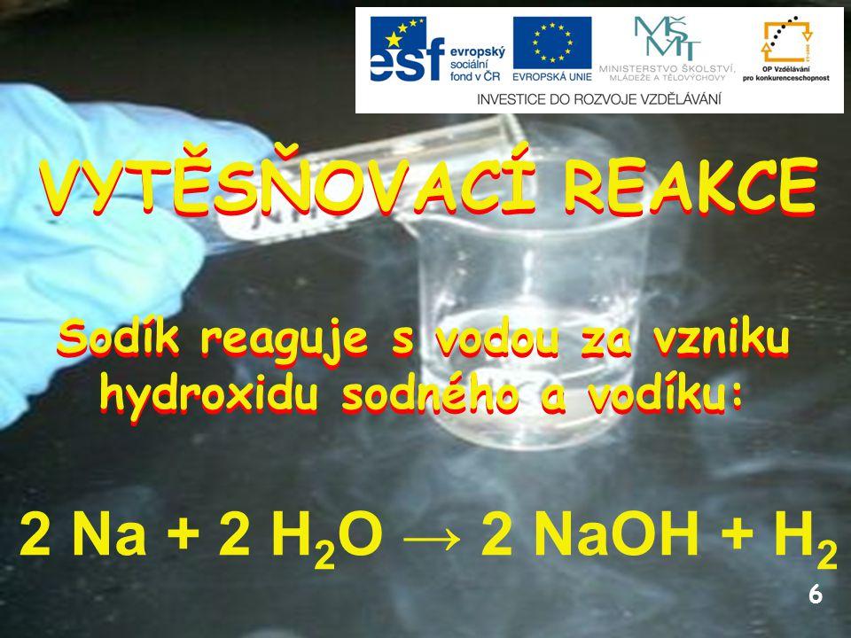 Sodík reaguje s vodou za vzniku hydroxidu sodného a vodíku: