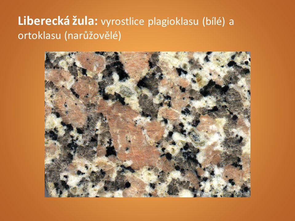 Liberecká žula: vyrostlice plagioklasu (bílé) a ortoklasu (narůžovělé)