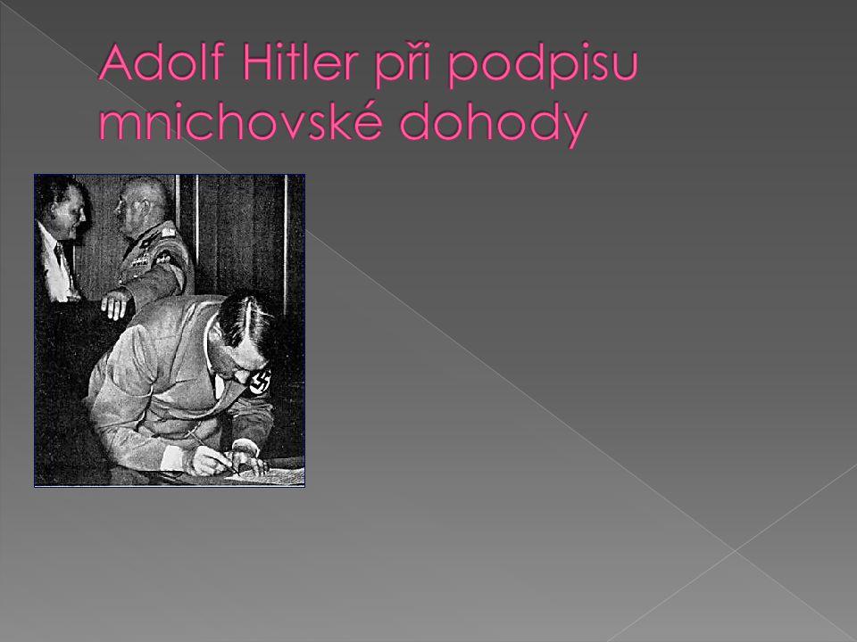 Adolf Hitler při podpisu mnichovské dohody