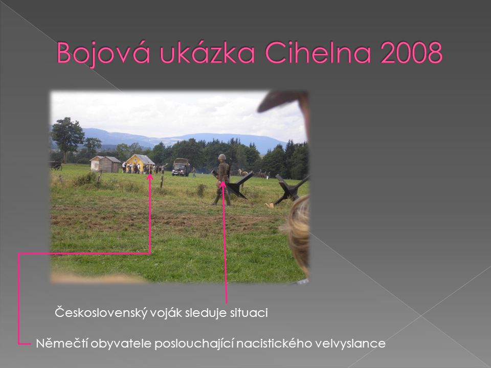 Bojová ukázka Cihelna 2008 Československý voják sleduje situaci