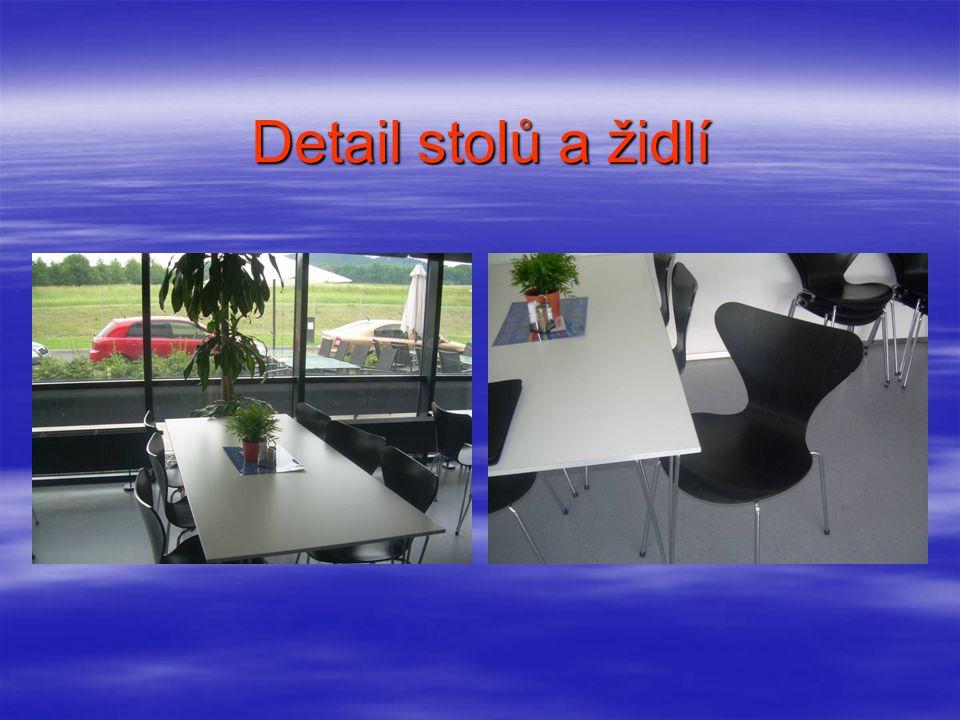 Detail stolů a židlí
