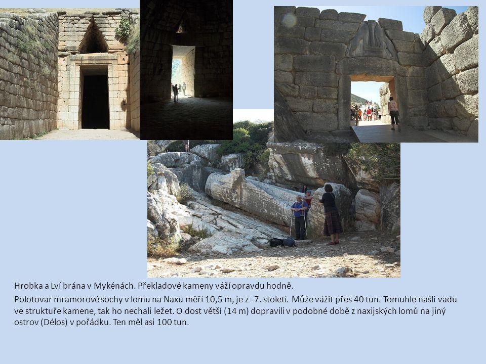 Hrobka a Lví brána v Mykénách. Překladové kameny váží opravdu hodně.