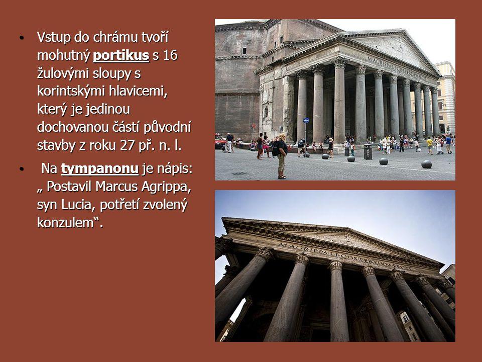 Vstup do chrámu tvoří mohutný portikus s 16 žulovými sloupy s korintskými hlavicemi, který je jedinou dochovanou částí původní stavby z roku 27 př. n. l.