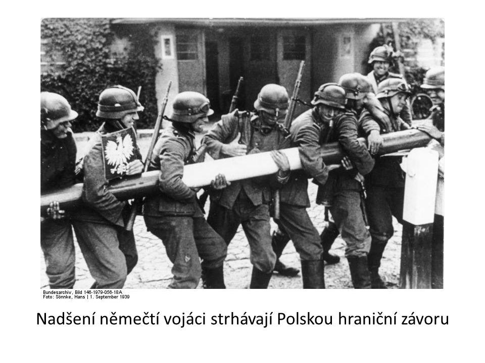 Nadšení němečtí vojáci strhávají Polskou hraniční závoru