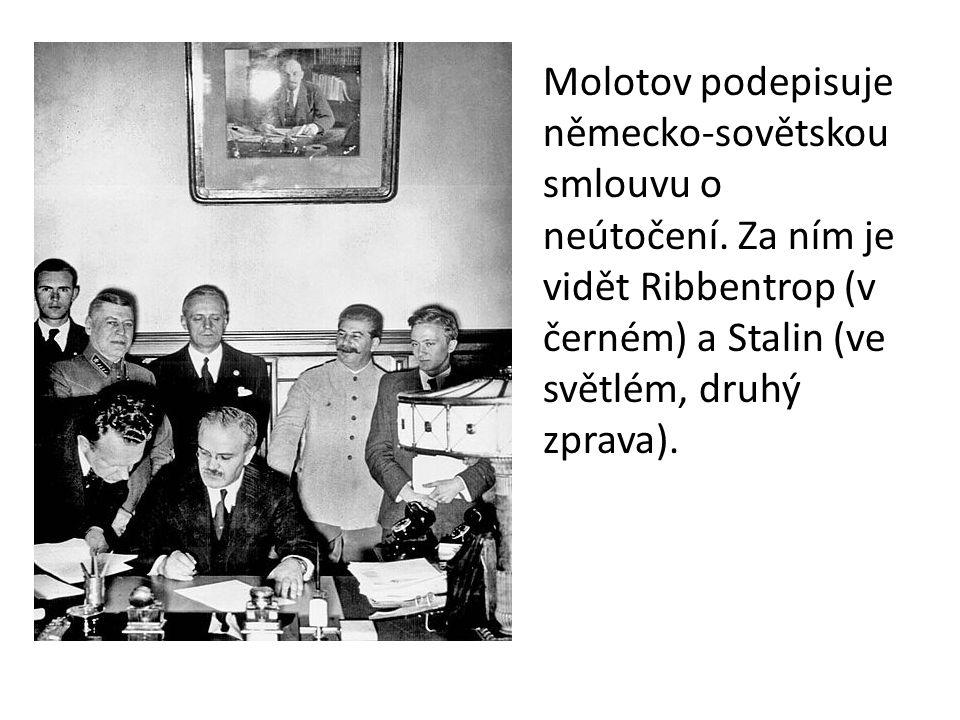 Molotov podepisuje německo-sovětskou smlouvu o neútočení