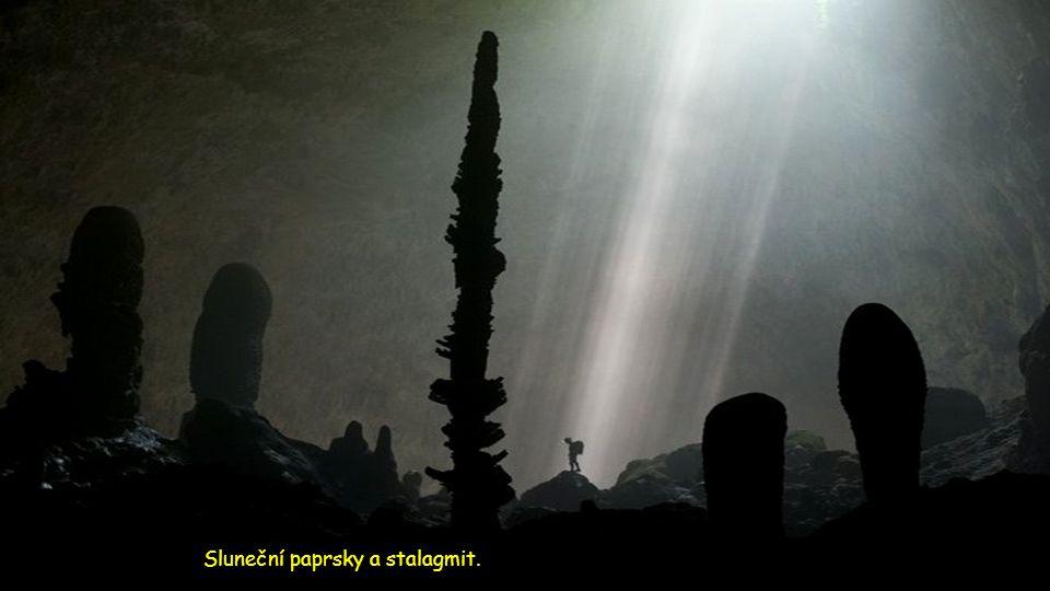 Sluneční paprsky a stalagmit.