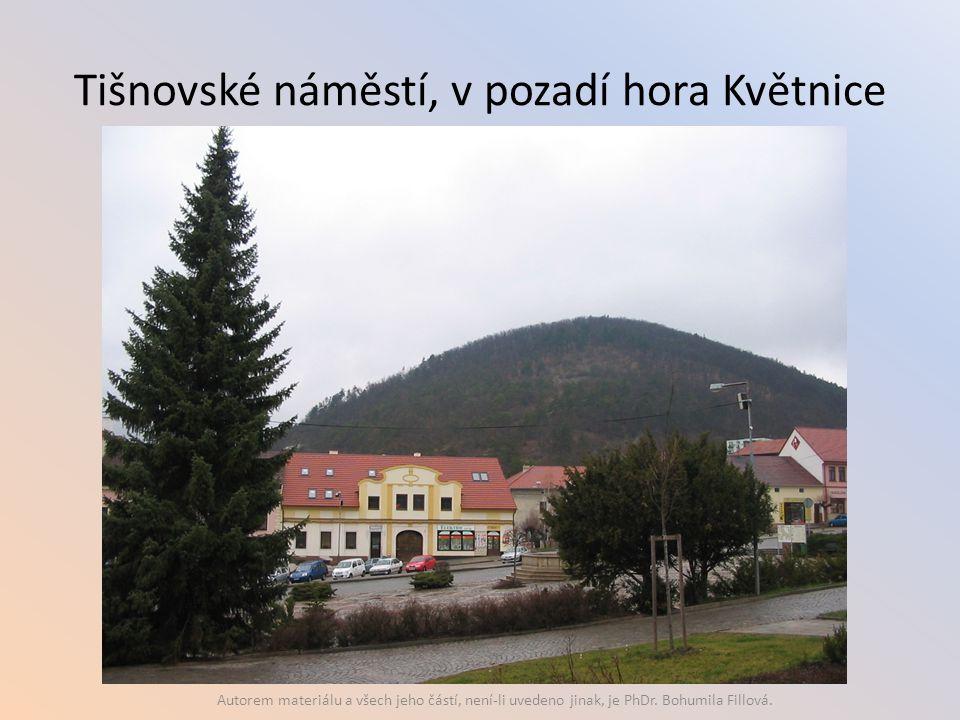 Tišnovské náměstí, v pozadí hora Květnice