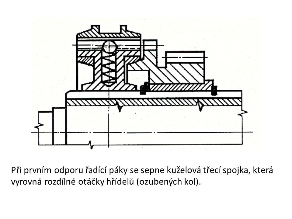 Při prvním odporu řadící páky se sepne kuželová třecí spojka, která vyrovná rozdílné otáčky hřídelů (ozubených kol).