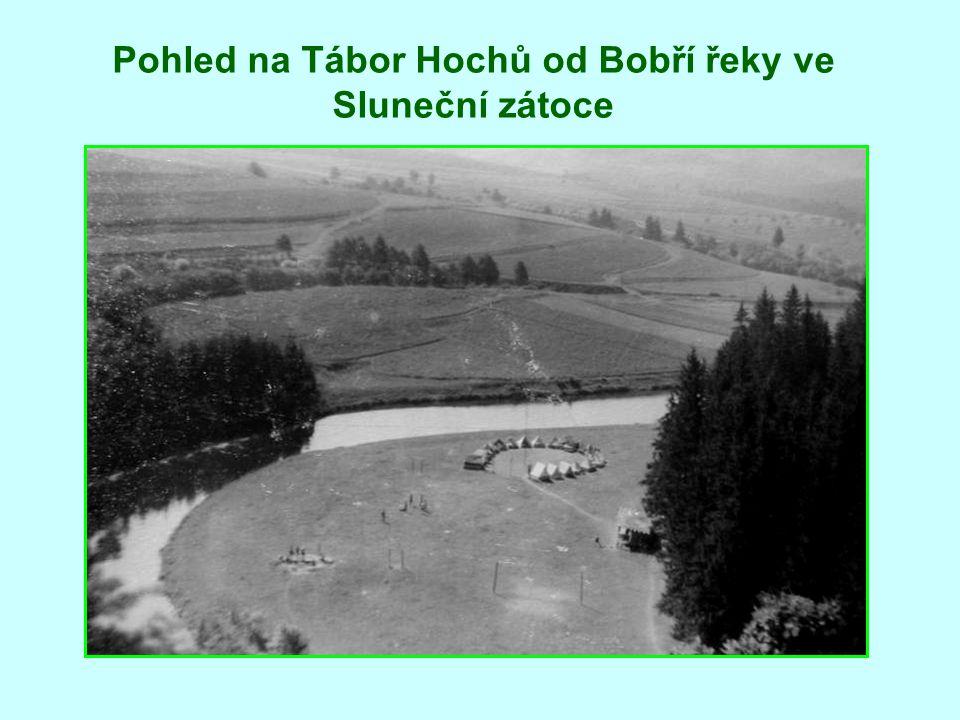 Pohled na Tábor Hochů od Bobří řeky ve Sluneční zátoce