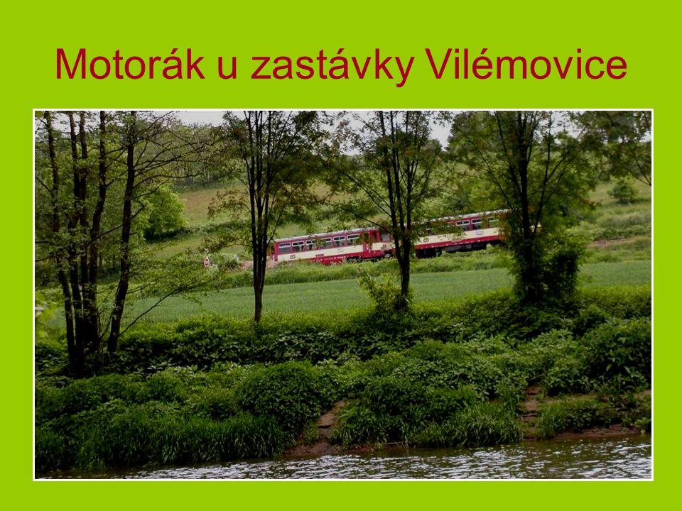 Motorák u zastávky Vilémovice