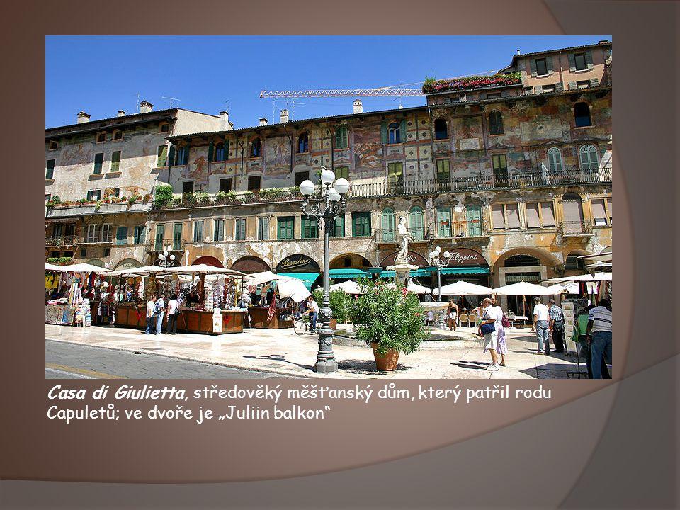 """Casa di Giulietta, středověký měšťanský dům, který patřil rodu Capuletů; ve dvoře je """"Juliin balkon"""