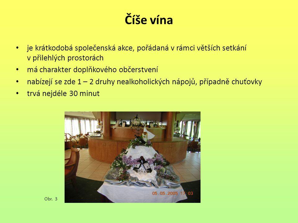 Číše vína je krátkodobá společenská akce, pořádaná v rámci větších setkání v přilehlých prostorách.