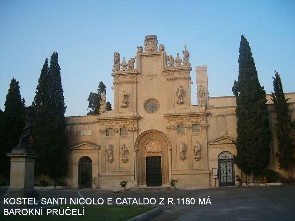 KOSTEL SANTI NICOLO E CATALDO Z R.1180 MÁ BAROKNÍ PRŮČELÍ