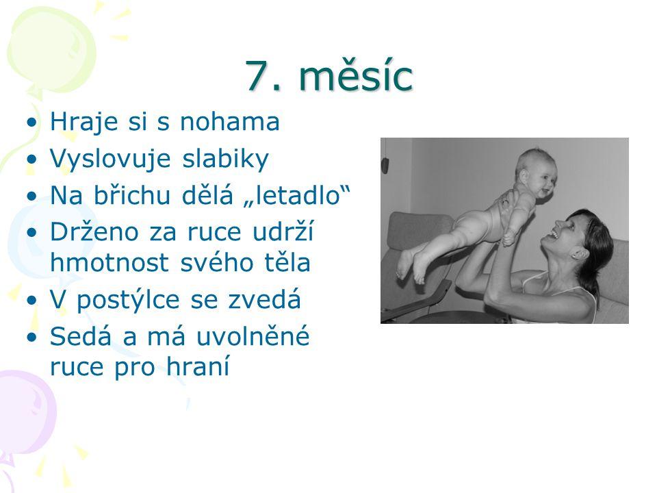 """7. měsíc Hraje si s nohama Vyslovuje slabiky Na břichu dělá """"letadlo"""