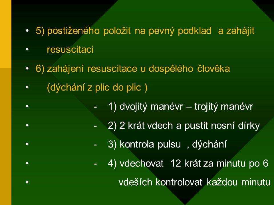 5) postiženého položit na pevný podklad a zahájit