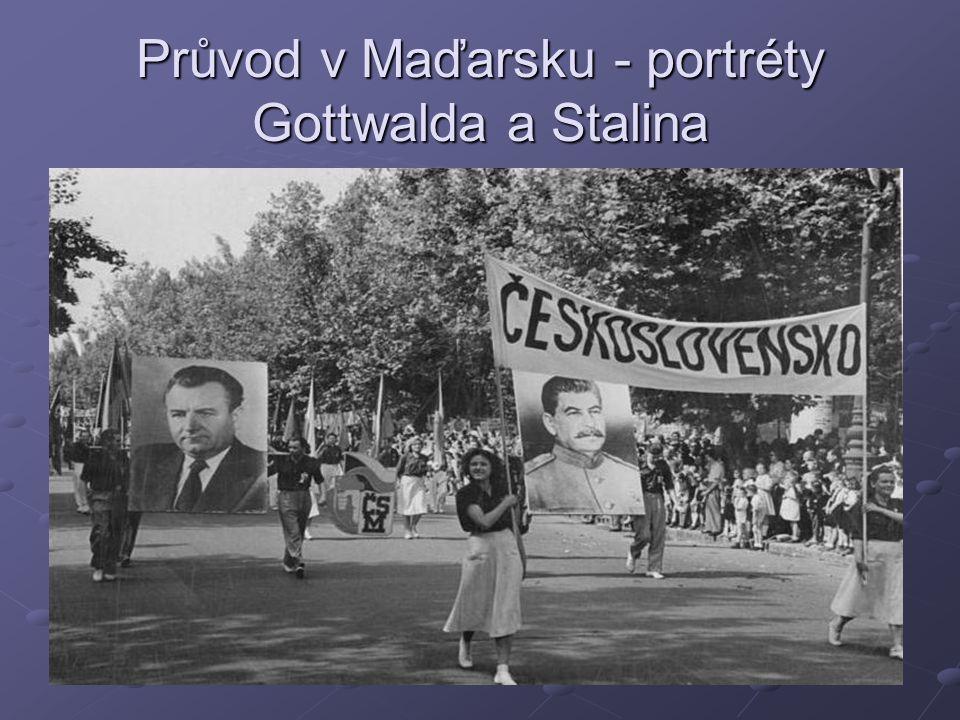Průvod v Maďarsku - portréty Gottwalda a Stalina