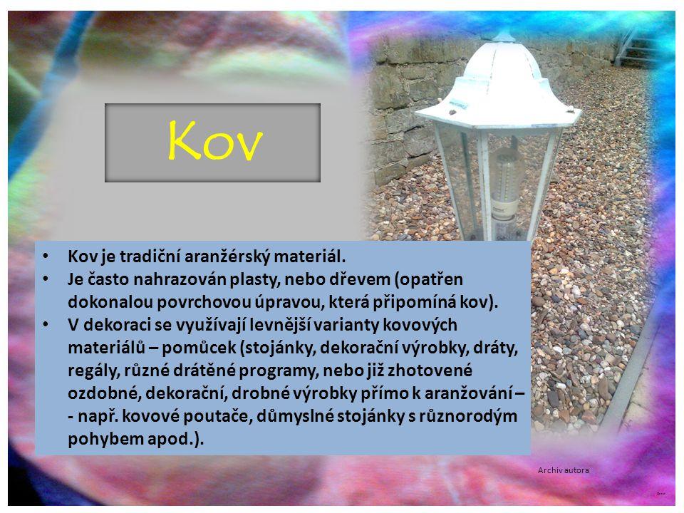 Kov Kov je tradiční aranžérský materiál.