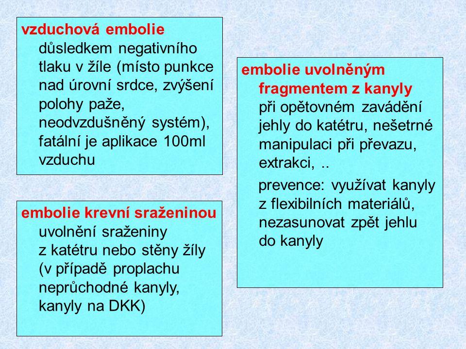 vzduchová embolie důsledkem negativního tlaku v žíle (místo punkce nad úrovní srdce, zvýšení polohy paže, neodvzdušněný systém), fatální je aplikace 100ml vzduchu