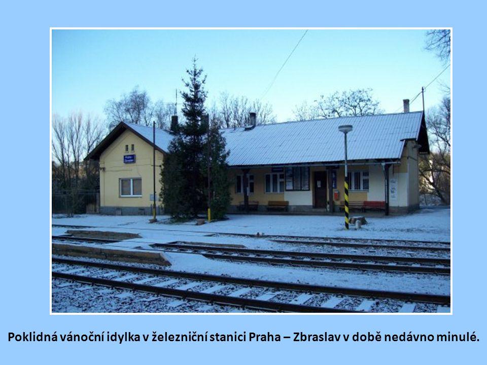 Poklidná vánoční idylka v železniční stanici Praha – Zbraslav v době nedávno minulé.