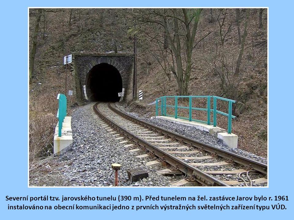 Severní portál tzv. jarovského tunelu (390 m). Před tunelem na žel