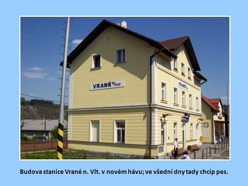 Budova stanice Vrané n. Vlt. v novém hávu; ve všední dny tady chcíp pes.