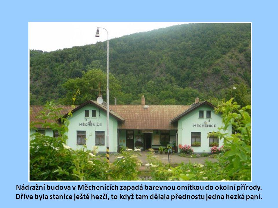 Nádražní budova v Měchenicích zapadá barevnou omítkou do okolní přírody.