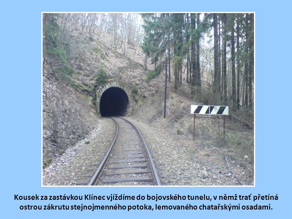 Kousek za zastávkou Klínec vjíždíme do bojovského tunelu, v němž trať přetíná ostrou zákrutu stejnojmenného potoka, lemovaného chatařskými osadami.