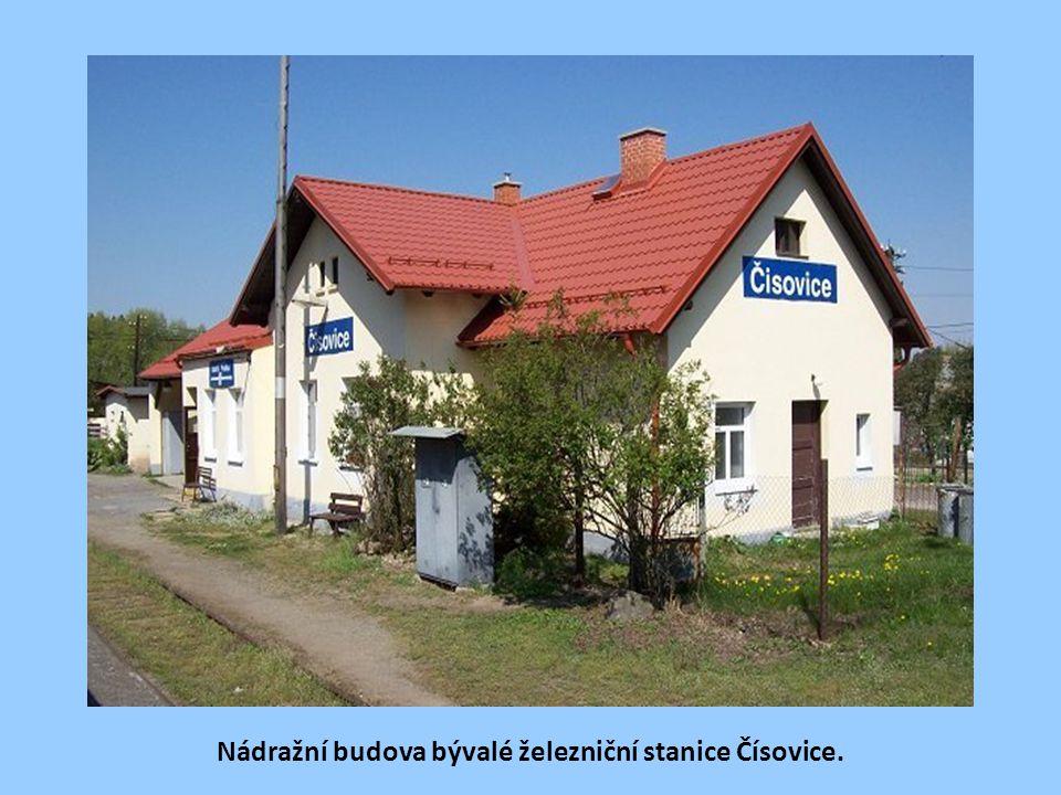 Nádražní budova bývalé železniční stanice Čísovice.