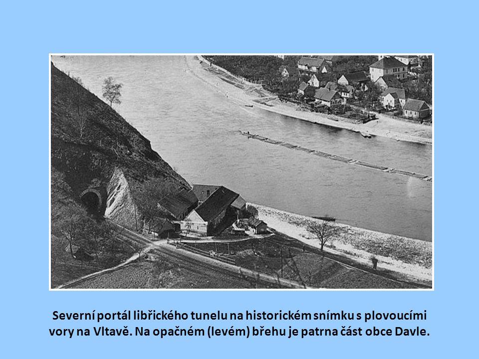 Severní portál libřického tunelu na historickém snímku s plovoucími vory na Vltavě.