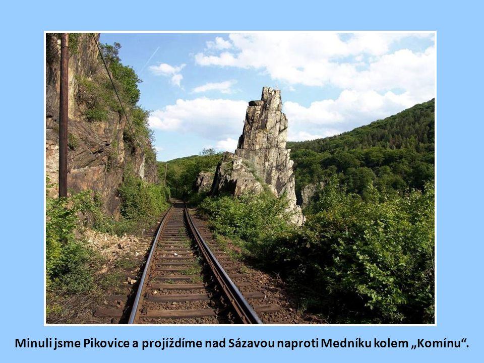 """Minuli jsme Pikovice a projíždíme nad Sázavou naproti Medníku kolem """"Komínu ."""