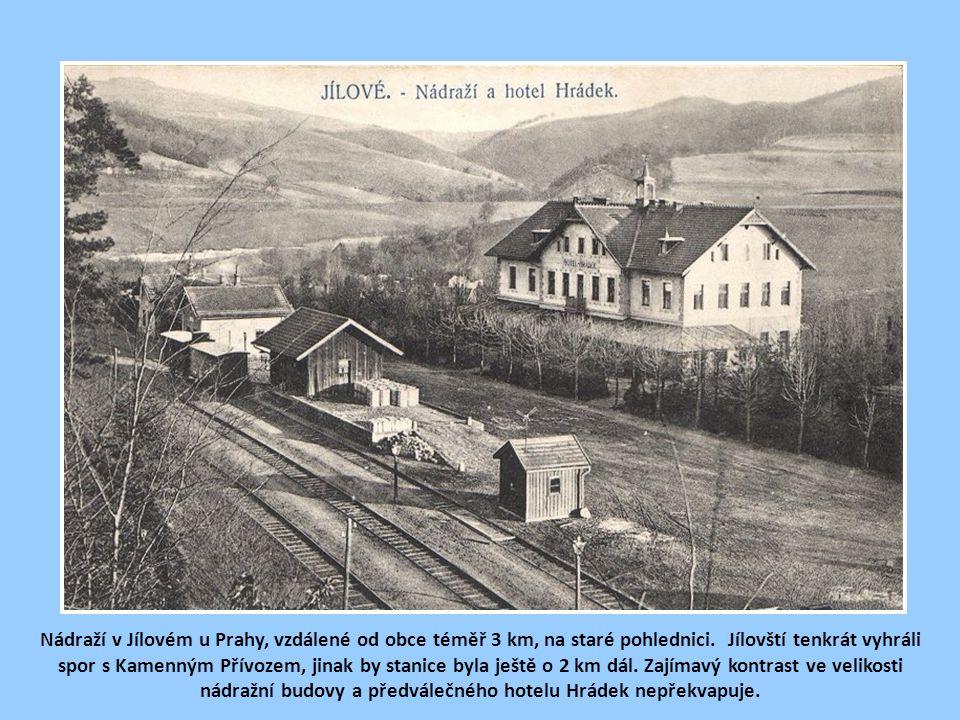 Nádraží v Jílovém u Prahy, vzdálené od obce téměř 3 km, na staré pohlednici.