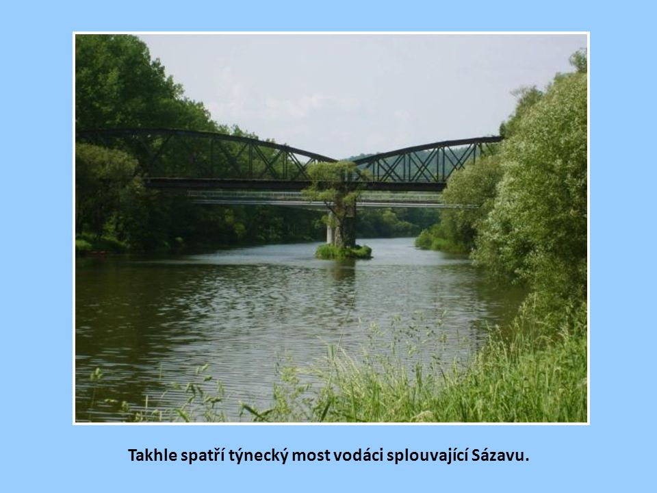 Takhle spatří týnecký most vodáci splouvající Sázavu.