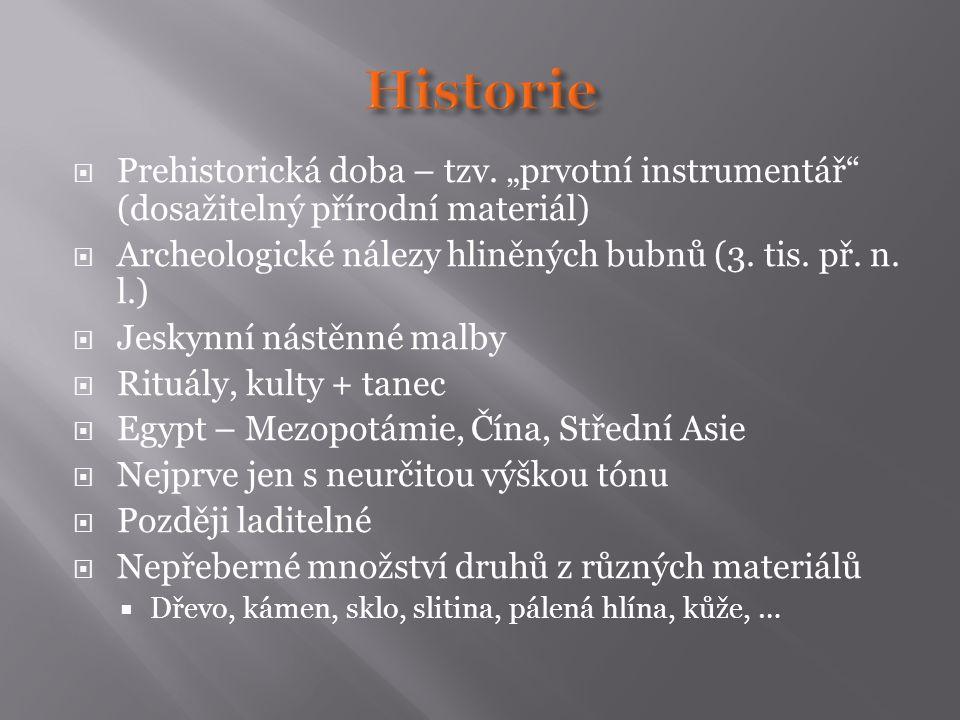 """Historie Prehistorická doba – tzv. """"prvotní instrumentář (dosažitelný přírodní materiál) Archeologické nálezy hliněných bubnů (3. tis. př. n. l.)"""