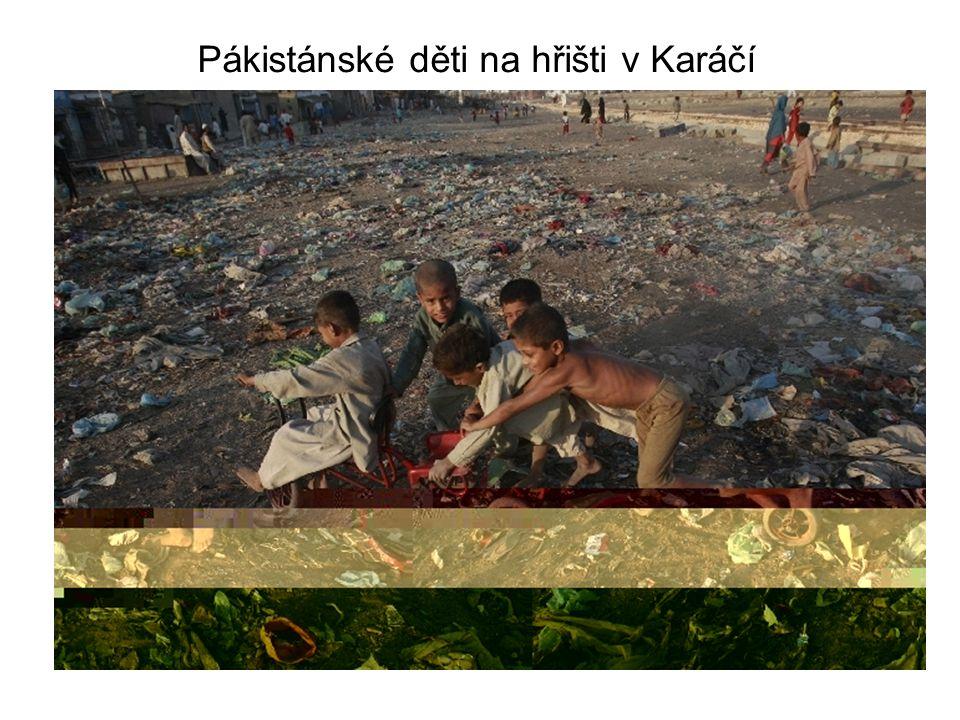 Pákistánské děti na hřišti v Karáčí
