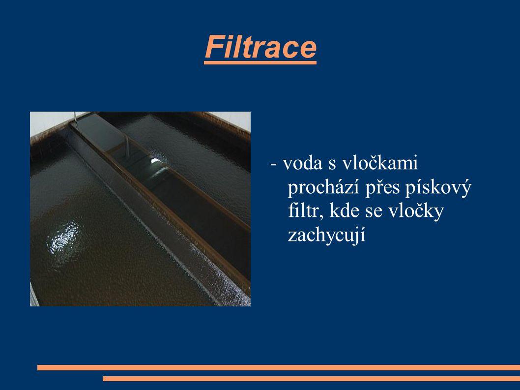 Filtrace - voda s vločkami prochází přes pískový filtr, kde se vločky zachycují