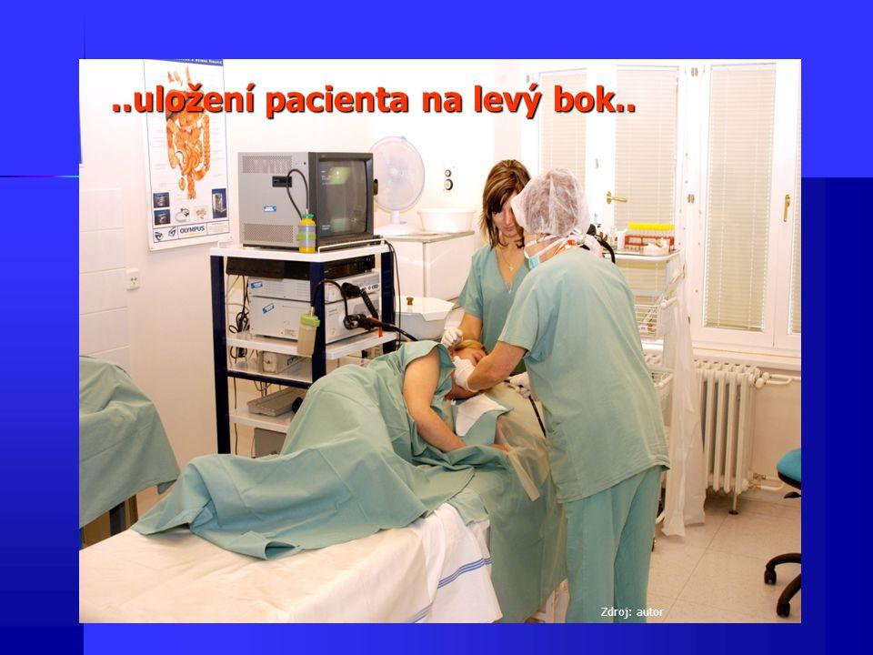 ..uložení pacienta na levý bok..