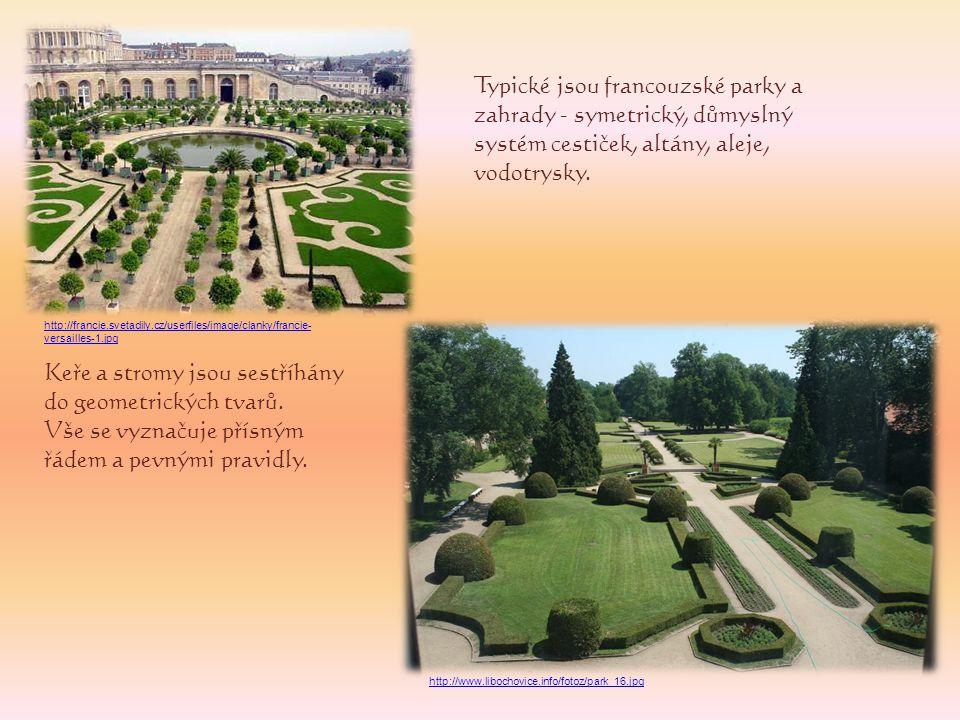 Keře a stromy jsou sestříhány do geometrických tvarů.