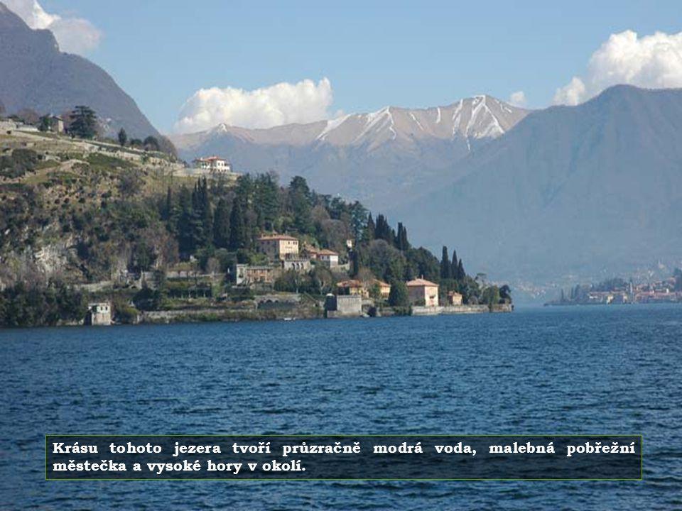 Krásu tohoto jezera tvoří průzračně modrá voda, malebná pobřežní městečka a vysoké hory v okolí.