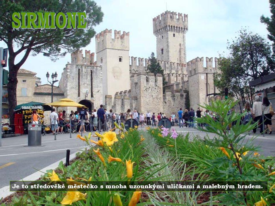 SIRMIONE Je to středověké městečko s mnoha uzounkými uličkami a malebným hradem.