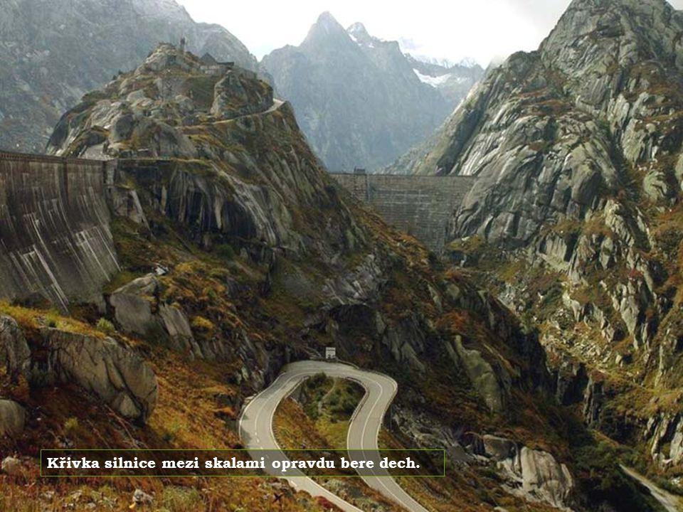 Křivka silnice mezi skalami opravdu bere dech.