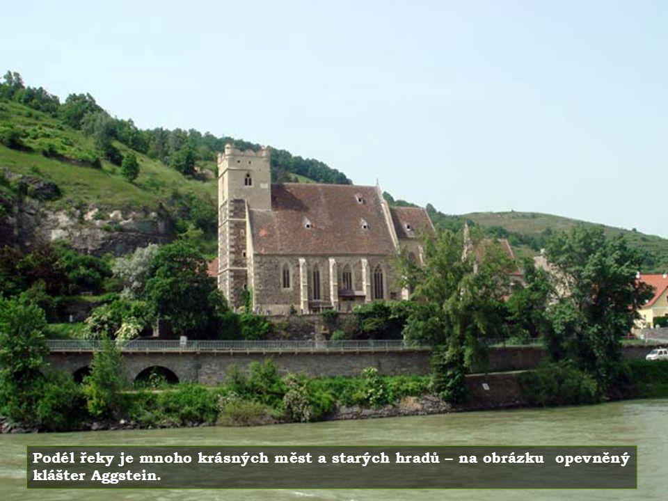 Podél řeky je mnoho krásných měst a starých hradů – na obrázku opevněný klášter Aggstein.