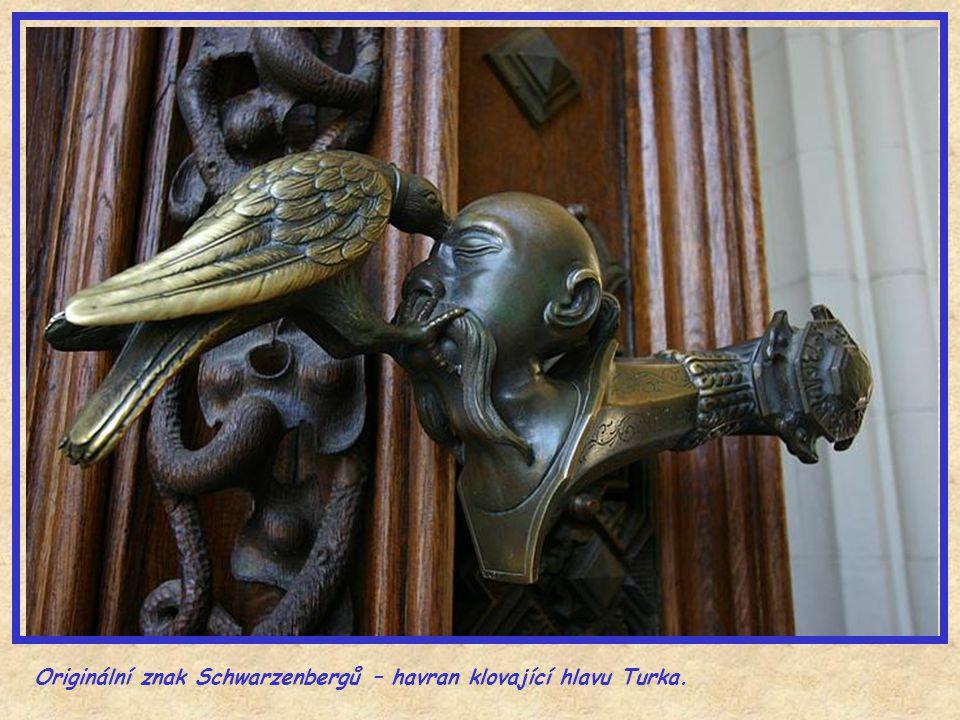 Originální znak Schwarzenbergů – havran klovající hlavu Turka.