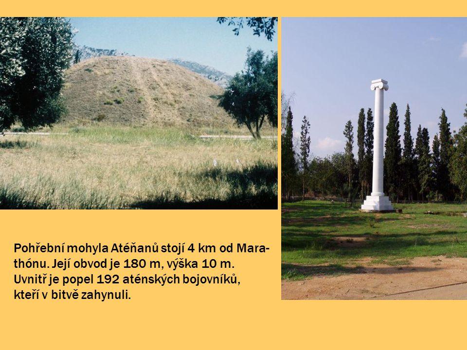 Pohřební mohyla Atéňanů stojí 4 km od Mara-