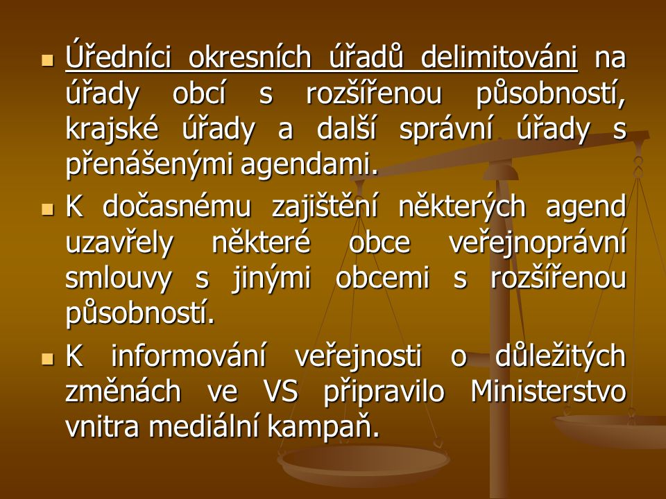 Úředníci okresních úřadů delimitováni na úřady obcí s rozšířenou působností, krajské úřady a další správní úřady s přenášenými agendami.