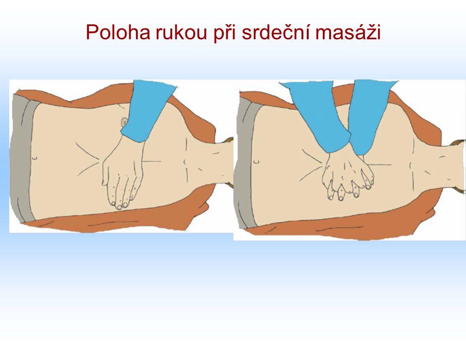 Poloha rukou při srdeční masáži