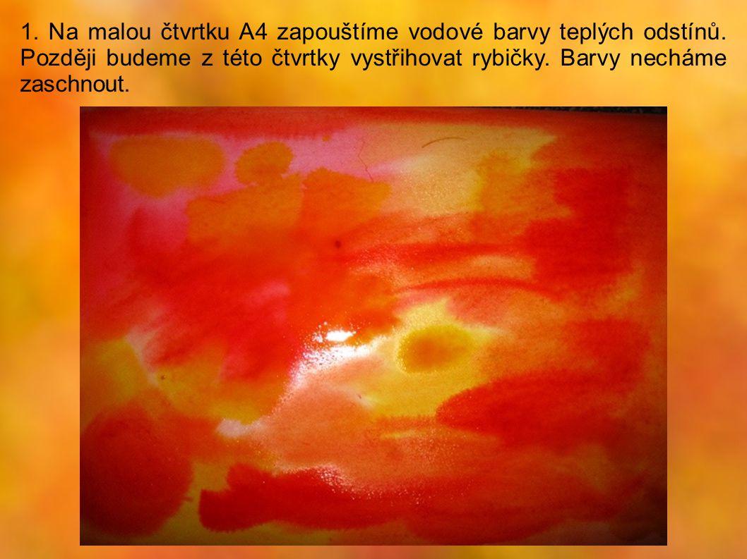 1. Na malou čtvrtku A4 zapouštíme vodové barvy teplých odstínů
